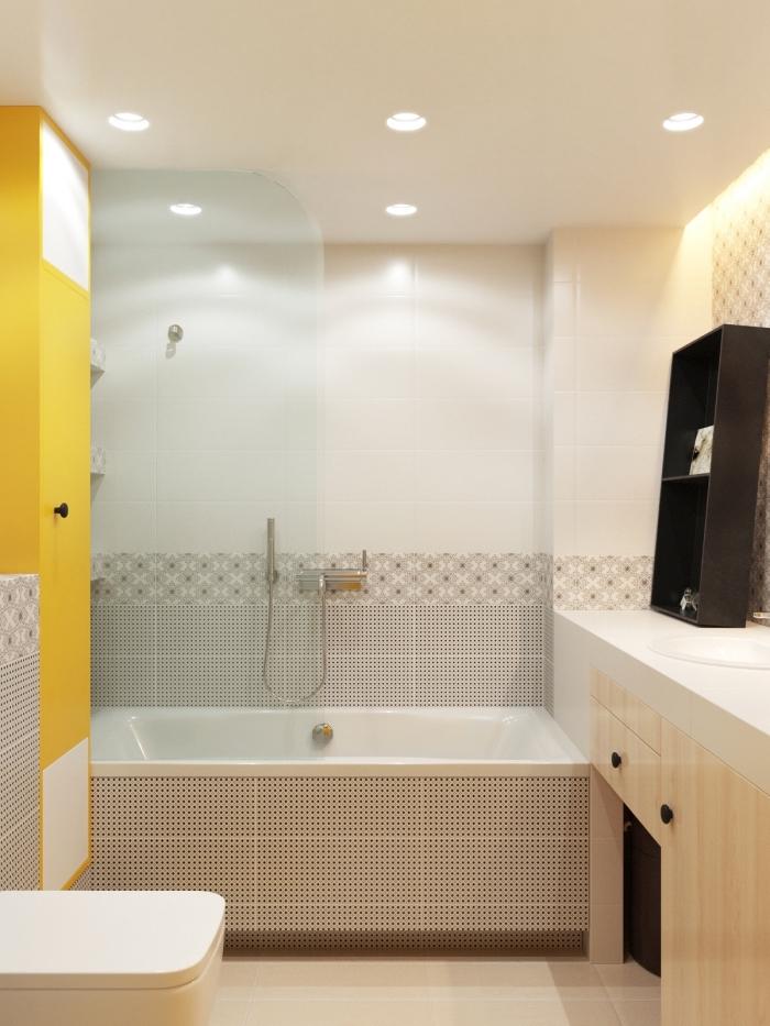 comment intégrer une baignoire dans petite salle de bain, déco de salle de bain aux murs blancs avec carrelage graphique et pan de mur coloré