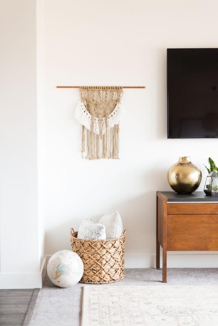 déco de salon moderne et bohème avec meubles bois et tapis motifs ethniques, modèle de création macramé pour mur