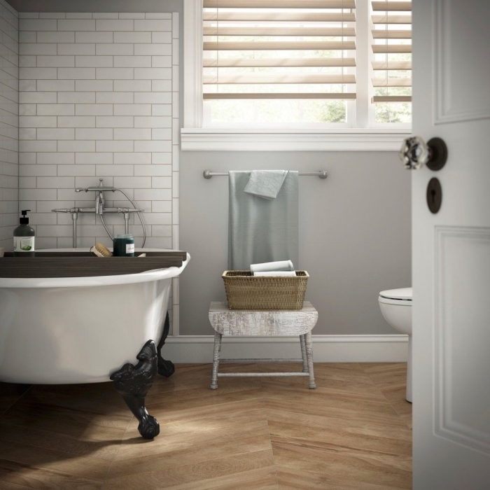 idée comment décorer une salle de bain à espace limité avec petite baignoire, meuble et accessoires gain place