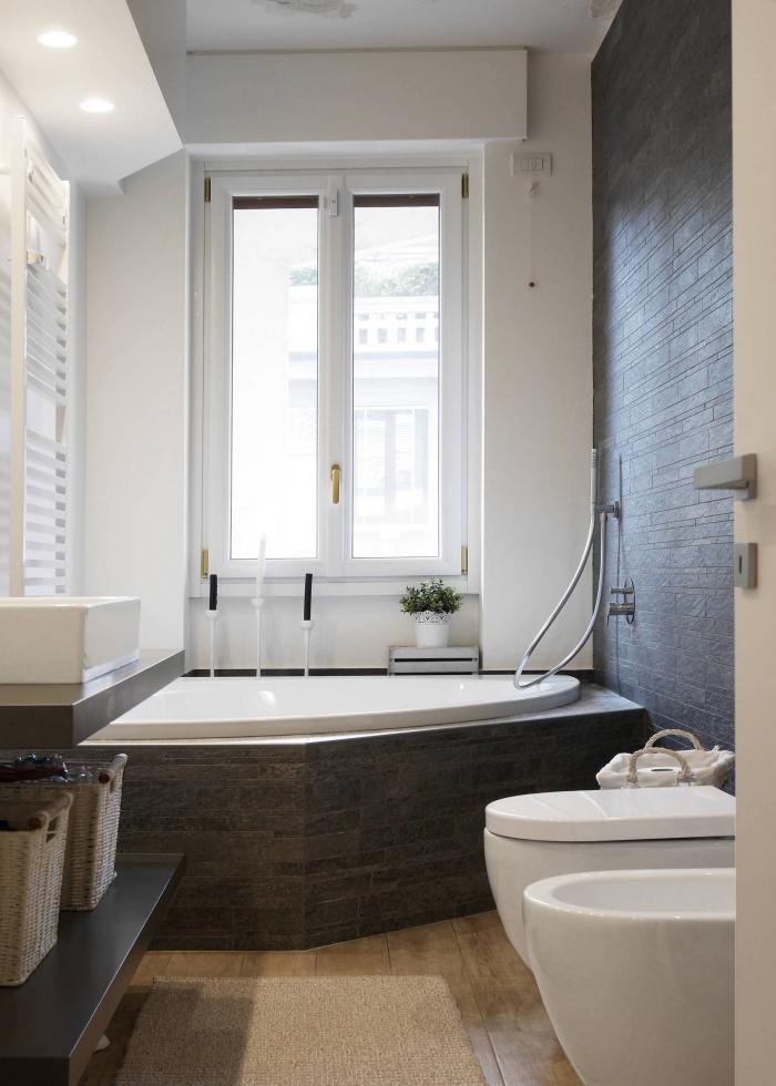 modèle de salle de bain 3m2 blanche avec pan de mur en gris foncé, aménagement petit espace avec baignoire