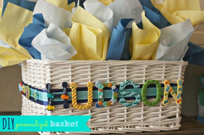 box femme enceinte, panier tressé chaussettes enveloppées en carton de couleurs diverses, deco baby shower garcon