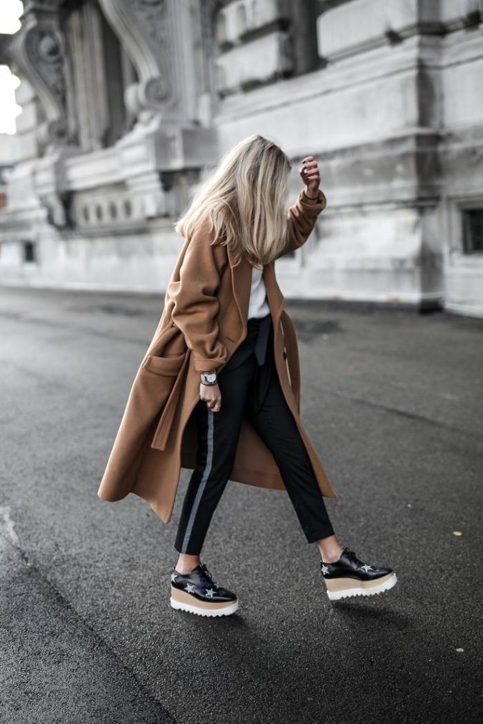 exemple comment bien s'habiller en pantalon slim noir combiné avec t-shirt blanc et une paire de chaussures plateformes