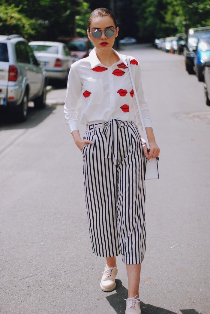 look moderne en chemise blanche à imprimés bisous rouges combinée avec pantalon rayée et une paire de derbys