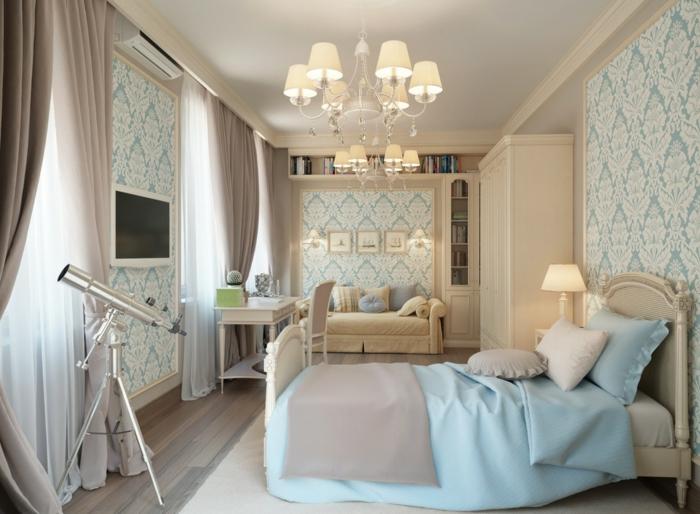 deco romantique dans une chambre à coucher, plafonnier baroque, lit style baroque moderne, télescope, papier peint baroque