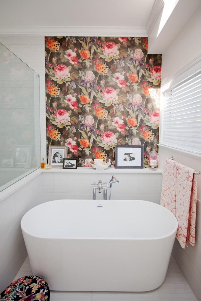 papier peint moderne à design fleuri posé en petite touche au-dessus de la baignoire pour un effet de profondeur dans la petite salle de bains