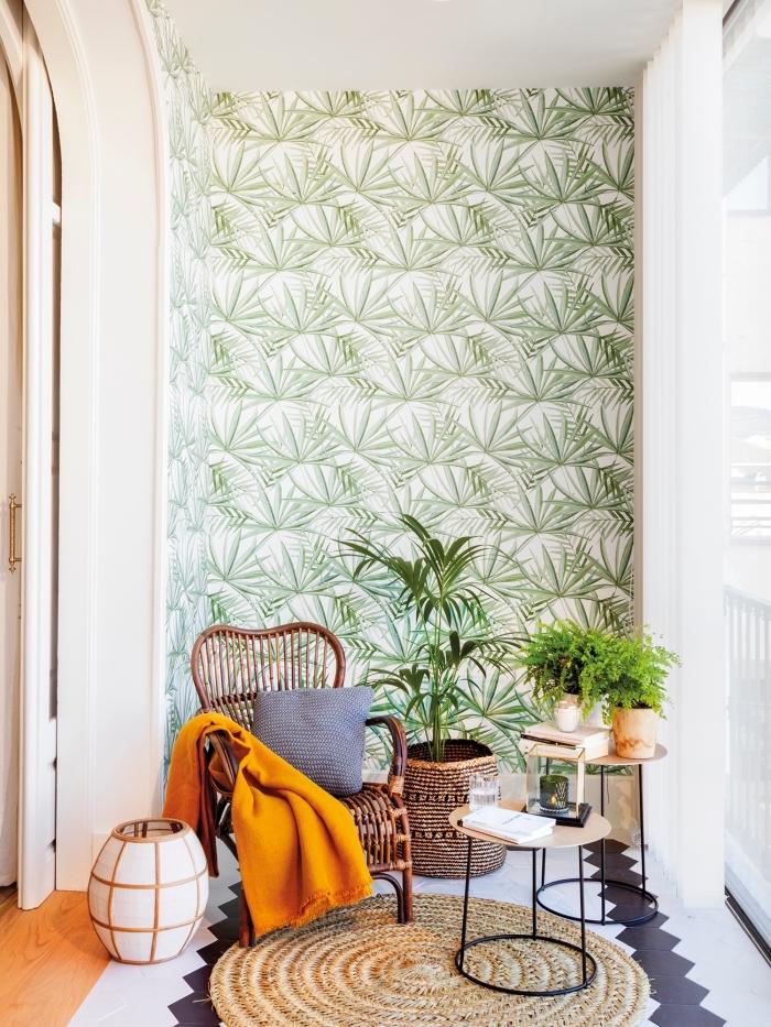 insuffler une ambiance particulière dans l'intérieur en recouvrant un pan de mur avec du papier peint design contemporain