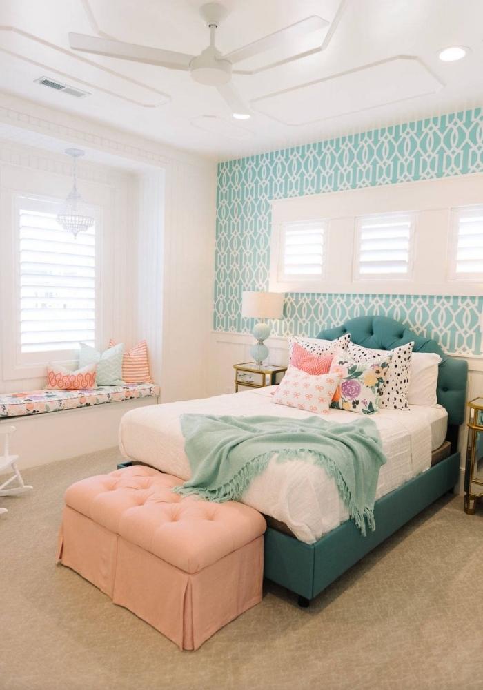 déco chambre ado fille en rose et menthe à l'eau, du papier peint tete de lit pour donner de la profondeur à la chambre