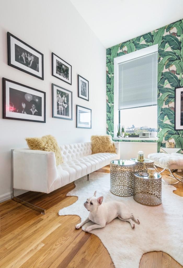 papier peint moderne à design tropical posé sur un seul pan de mur d'un salon blanc moderne pour y créer une ambiance fraîche et exotique