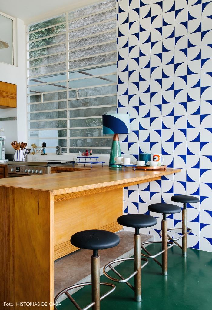 idée déco pour réveiller la cuisine en bois d'esprit vintage, du papier peint deco à motifs vintage blanc et bleu