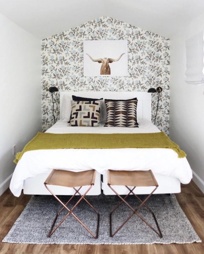 papier peint tête de lit à motif végétal pour une déco murale vintage chic dans la petite chambre à coucher ethnique