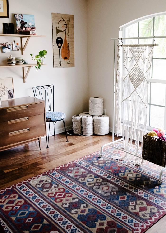 exemple comment décorer une pièce en style ethnique avec meubles de bois et tapis motifs ethniques, modèle séparation pièce avec rideau en macramé