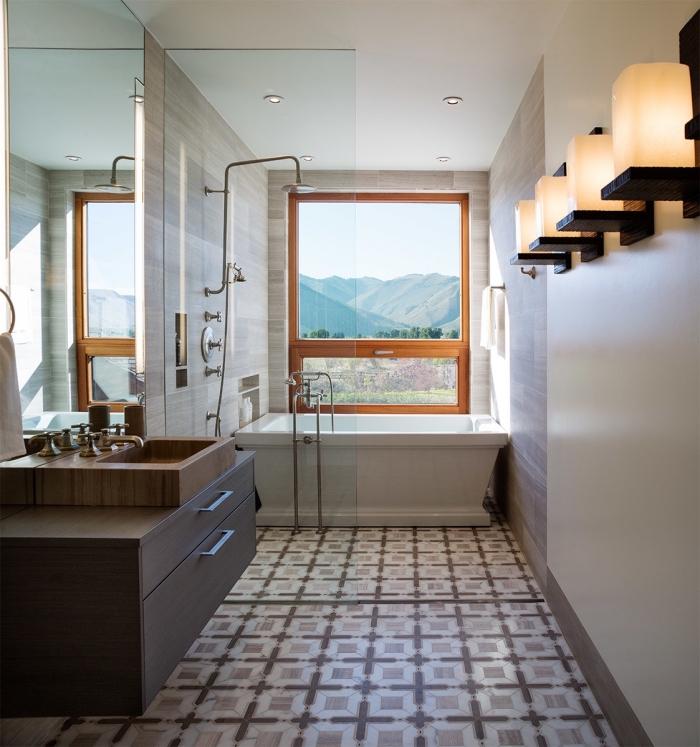 idée comment décorer une petite salle de bain avec baignoire douche, modèle de carrelage graphique en marron et blanc