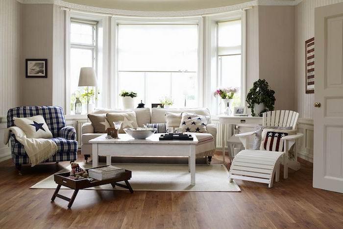 deco salon cosy, canapé gris, table basse bois repeinte en blanc, chaise longue blanc, fauteuil bleue t blanc, parquet marron