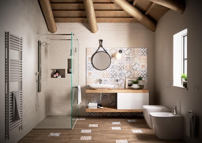 une salle de bains zen aménagée en tons neutres et en matériaux naturels, avec un dosseret carrelage effet carreaux de ciment