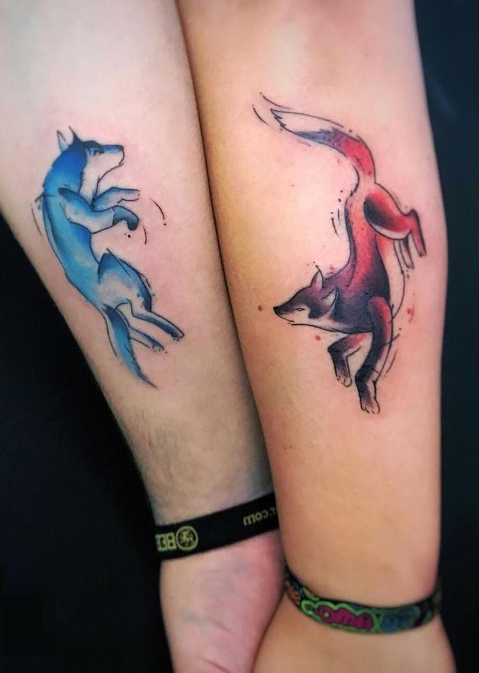 tatouage coloré de renard et loup, idée de tatouage originale, cool couple moderne et joliment tatoué