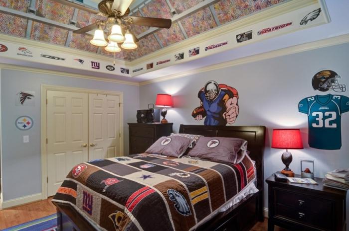 lampe ventilateur, parure de lit style patchwork, lampes de chevet rouges, peinture bleu pâle