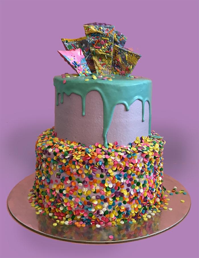 gâteau d'anniversaire aux flocons colorés, glaçage violet, dessert sculptés en pâte à sucre