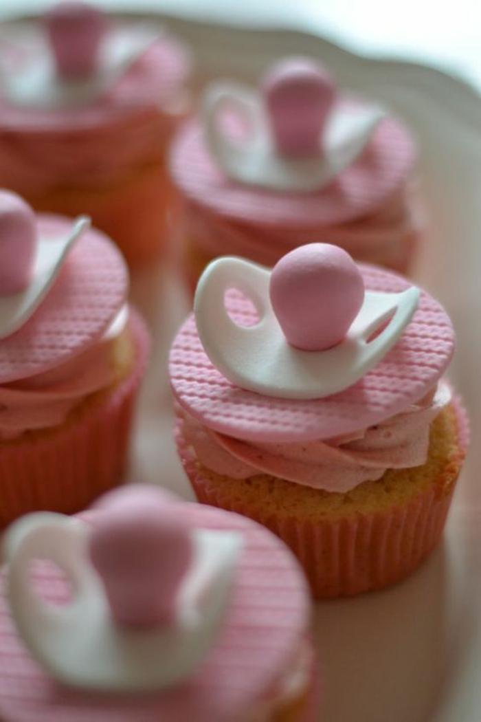 baby shower fille, cadeau future maman, cup cakes en forme de biberons tétines en rose et blanc, cérémonie avec des pâtisseries