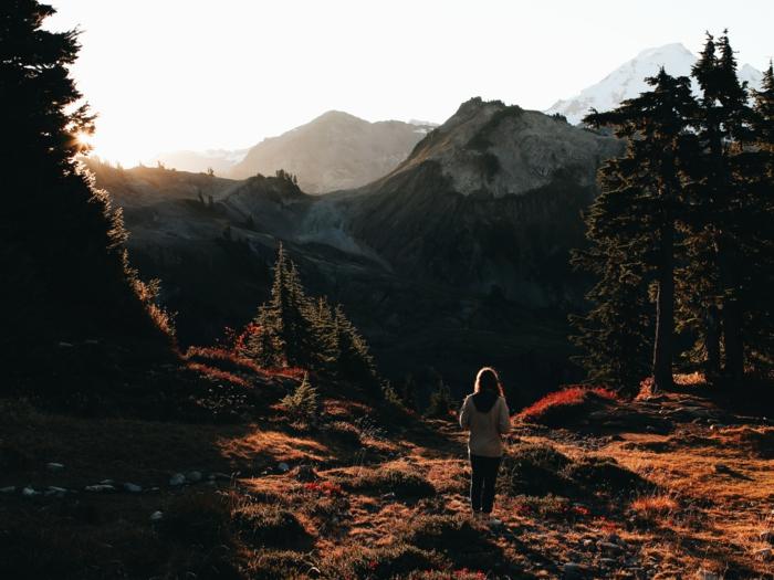 silhouettes des sommets lointains et une femme qui les contemple, automne fond d'écran