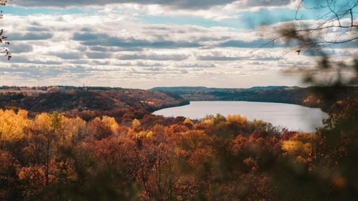 joli fond d'écran, cours d'eau, ciel aux nuages, forêt en automne, joli fond d'écran