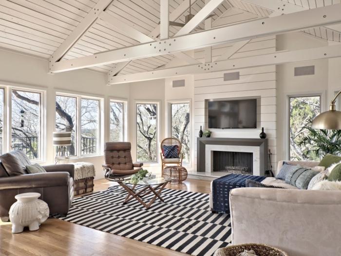 déco cozy et chaleureuse avec éléments de style ethnique chic, idee pour refaire plafond avec peinture blanche et poutres exposées de bois