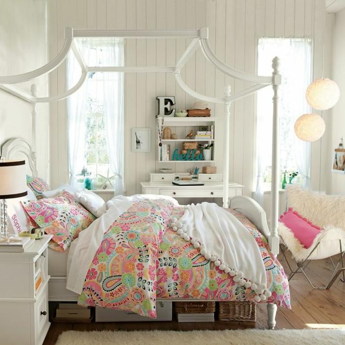 décoration chambre adulte moderne, draps de lit en couleurs jouyeuses, parement mural blanc, étagère blanche, chaise cosy blanche