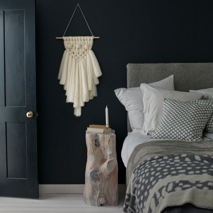 aménagement et déco de pièce aux murs foncés avec meubles de bois et création murale DIY en noeuds macramé