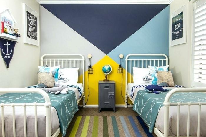 chambre enfant garcon, déco chambre en bleu et jaune, tapis rayures colorés, deux lits