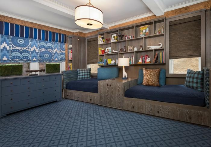 tapis bleu, plafonnier rond blanc, étagère murale bois, lits de bois foncé design original