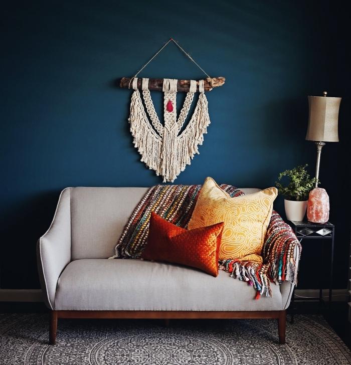 exemple comment décorer un salon aux murs foncés avec objets ethniques, modèle suspension DIY murale macramé