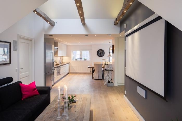 déco moderne dans une cuisine blanc et gris avec éclairage led de plafond, exemple poutres de bois exposées dans une pièce mansardée