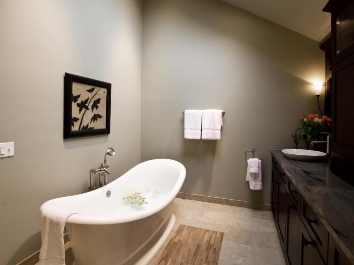 idée salle de bain 5m2 sous pente aux murs nuance taupe, modèle de baignoire îlot blanche avec robinet en argent