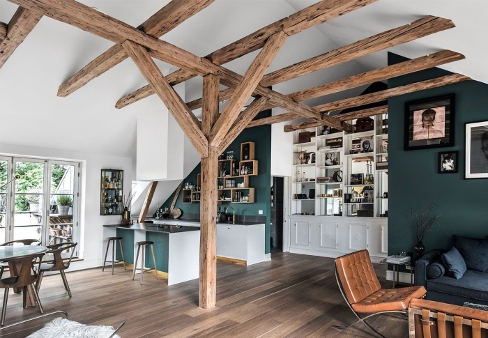 comment aménager un studio avec plafond haut en blanc et charpente de bois apparente, idée design intérieur moderne et traditionnel avec pan de mur en peinture foncée