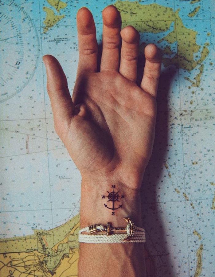 exemple petit tatouage poignet homme discret ancre marine et boussole rose des vents
