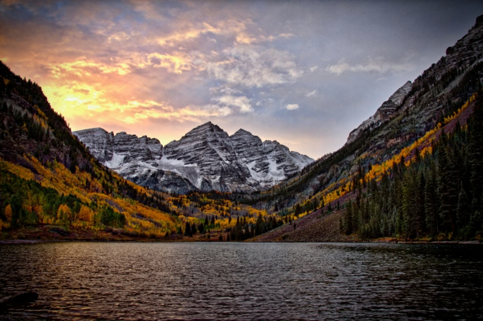 fond d'écran paysage, lac de montagne, ciel de nuages roses, montagne enneigée, arbres aux feuilles jaunes
