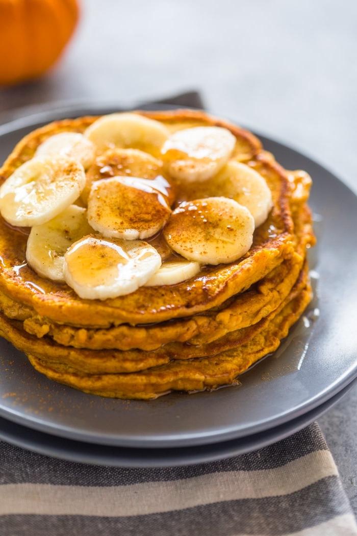 recette avec courge pour un petit-déjeuner healthy et complet, des pancakes américains à la banane et à la courge