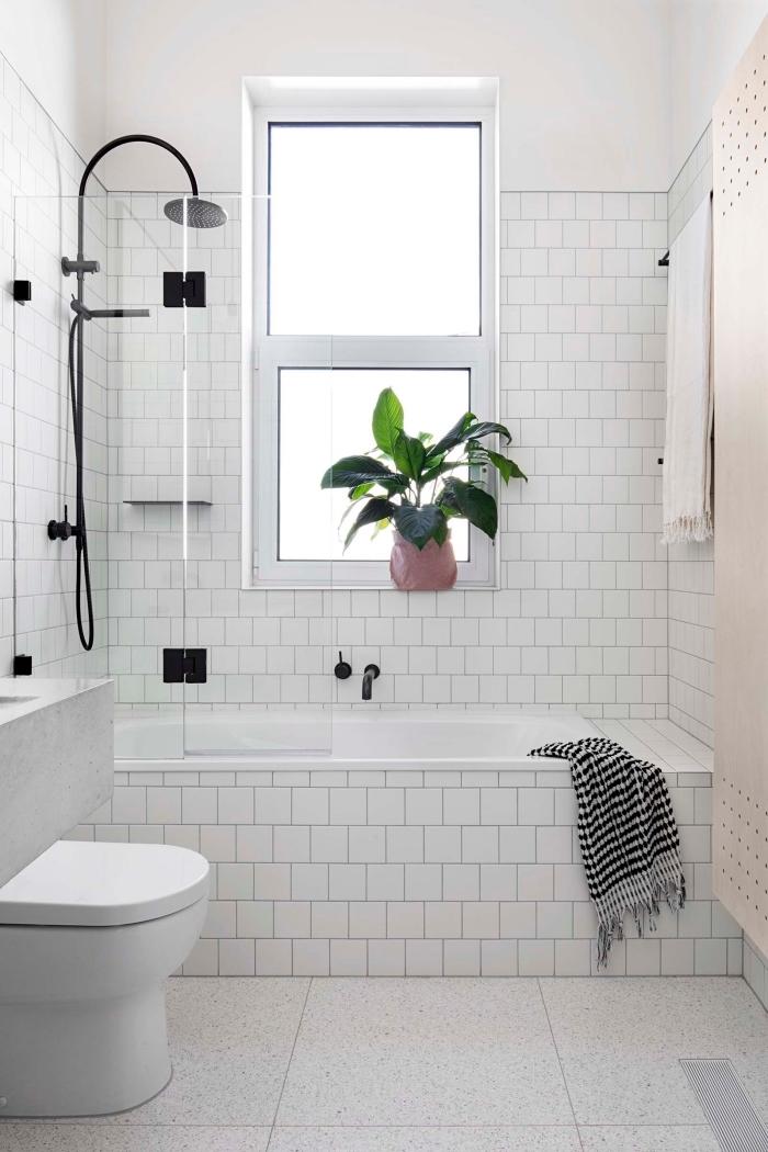 comment aménager une petite salle de bain avec baignoire douche, quelles couleurs pour un petit espace, modèle pièce blanche à finition noir mate