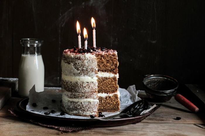 dessert simple et délicieux, gateau piece montee décoré de fruits rouges et crème vanille
