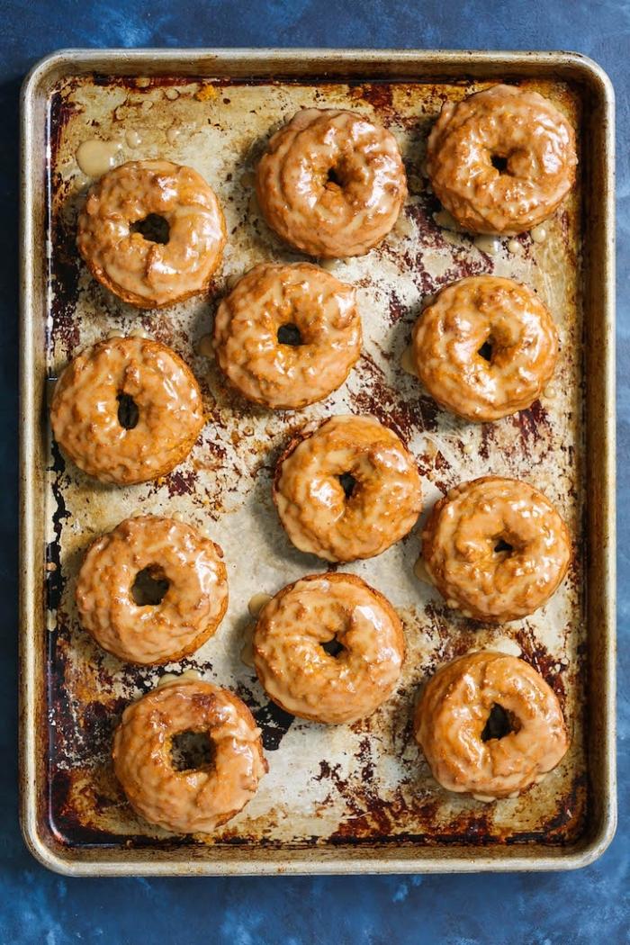 donuts à la courge préparés au four au glaçage sirop d'érable, petit gateau a la citrouille en forme de beignet
