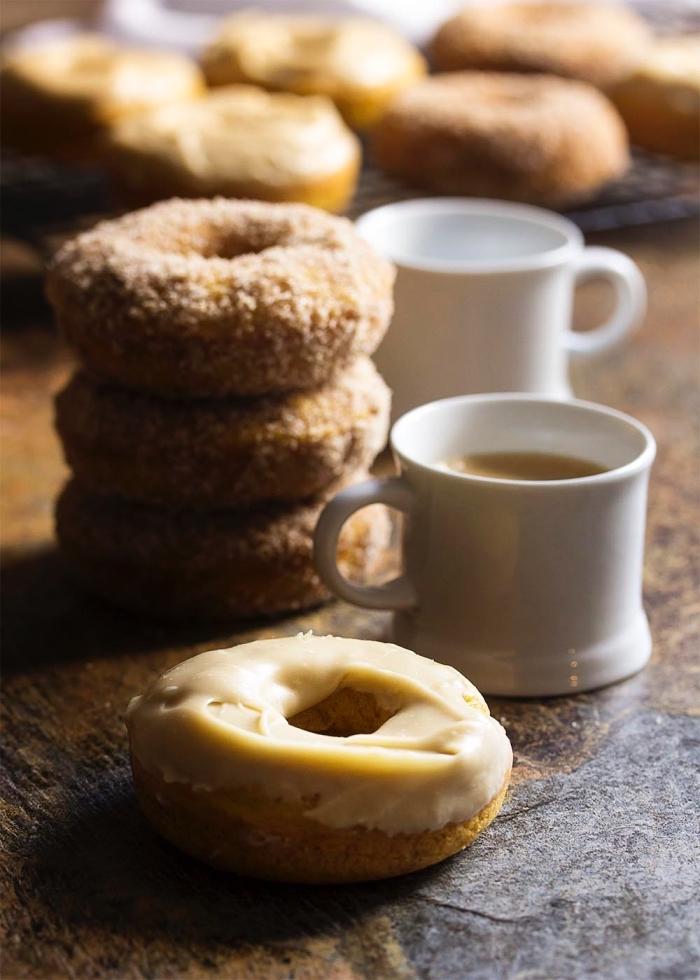 des donuts délicieux à la citrouille recette facile de beignets à la courge et à la cannelle cuits au four au glaçage