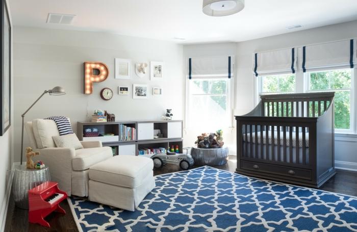 tapis bleu, fauteuil blanc, petit piano rouge, deco chambre enfant garcon, lit bébé bois foncé