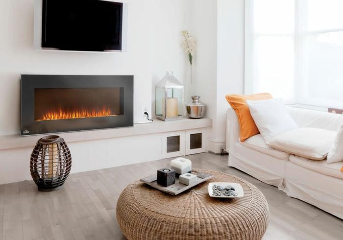 cheminée électrique murale, tabouret tressé, sol en bois, sofa blanc, salon contemporain