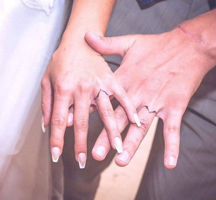 tatouage anneau en forme originale, tatouage de couple sur le doigt, tatouage amour et fidelite