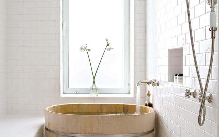 modele de salle de bain aménagée dans esprit minimaliste, déco petite salle de bain avec murs en briques blanches et baignoire japonaise en bois
