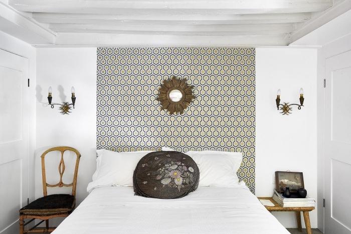 décoration murale tendance dans la chambre à coucher, du papier peint tête de lit pour donner du caractère à l'espace au-dessus du lit