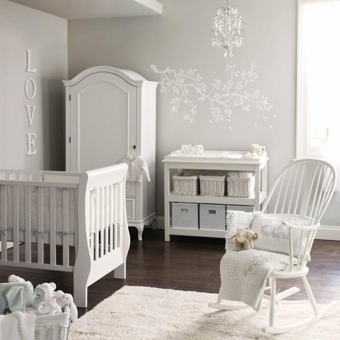 lit bébé blanc, chaise, tapis et armoire blancs, atmosphère douce et calmante dans une chambre garcon bebe