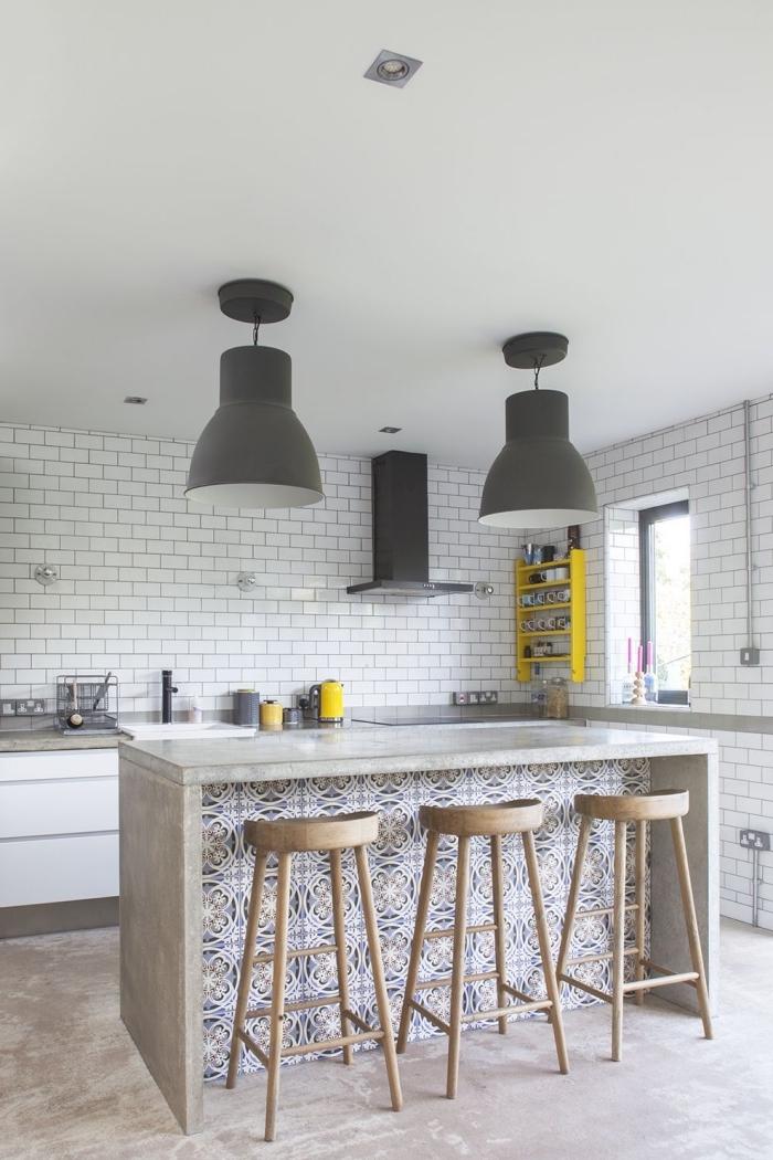 plan de travail ilot central en béton ciré avec une façade recouverte de carreaux de ciment, cuisine scandinave authentique et chic