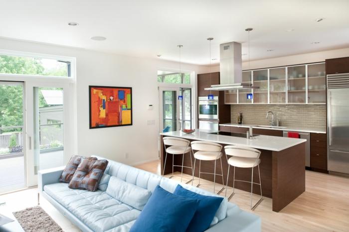 aménagement cuisine ouverte, sofa bleu clair, coussins bleus, tableau peinture abstraite, cuisine couleur wengé