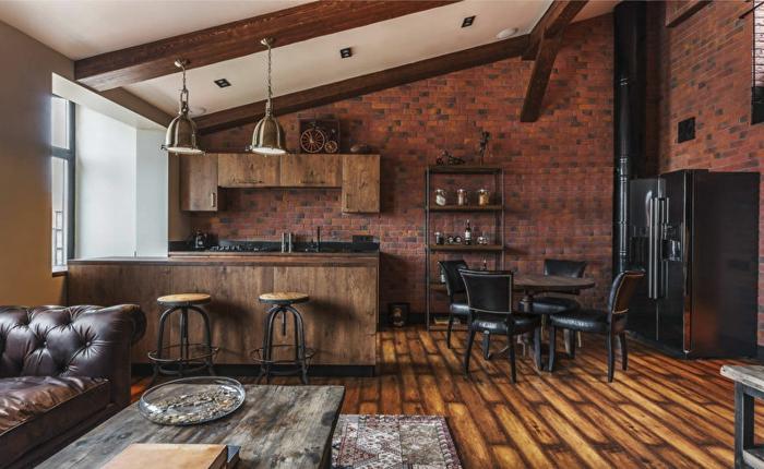 aménagement cuisine petite surface, bar en bois, tabourets industriels, table ronde et chaises en cuir, cabinets en bois