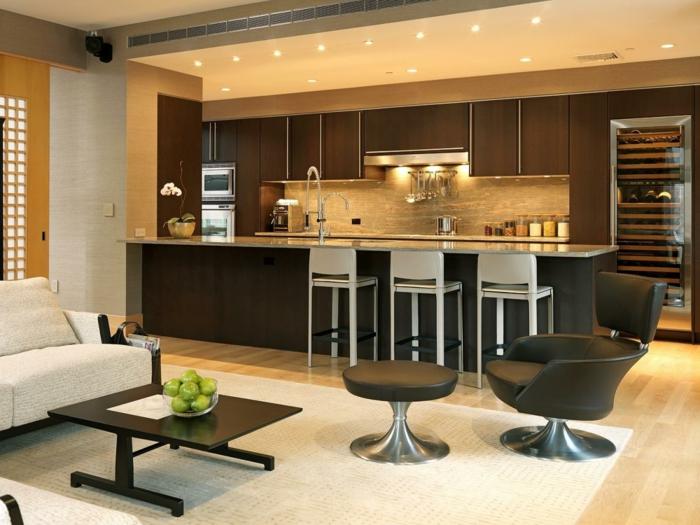 grand sofa gris clair, cuisine couleur grège, chaises de bar blanches, spots encastrés, grande chaise ergonimique dans une petite cuisine ouverte